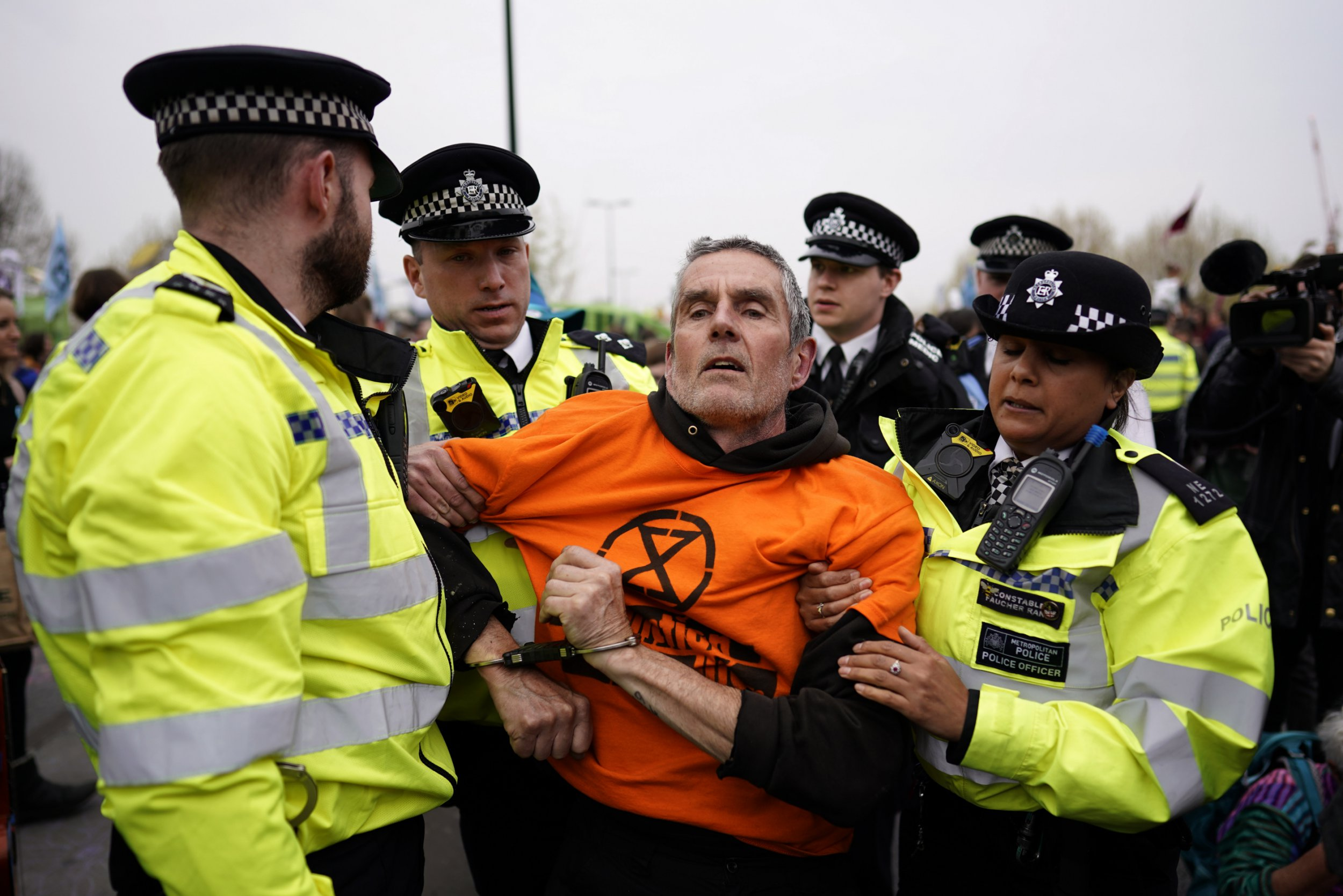 epa07510066 Police remove protesters from the Extinction Rebellion campaign group from Waterloo Bridge, Central London, Britain, 16 April 2019. The Extinction Rebellion are holding a number of protests across London to draw attention to climate change. EPA/WILL OLIVER