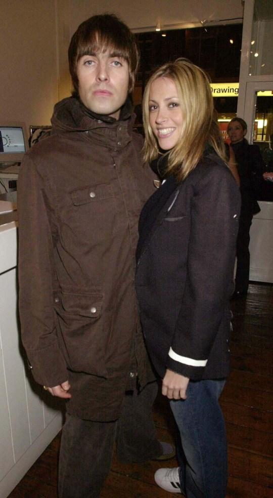 Liam Gallagher con Nicole Appleton, Anouska Fisz 'Aka', exposición de la Sra. Dave Stewart en la Galería Eyestorm en Londres