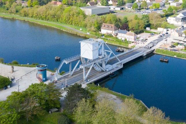 Cette photo a ??t?? prise en France, en basse Normandie ?? B??nouville avec un drone. Elle montre le Pegasus Bridge, rendu c??l??bre le jour du d??barquement de Normandie, le 6 juin 1944.