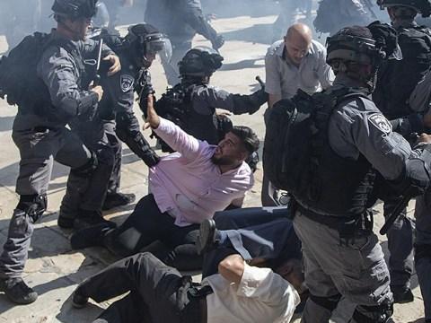 Israeli police fire tear gas at Muslims during Eid al-Adha in Jerusalem