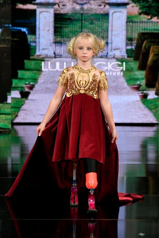 La doppia amputata britannica di nove anni Daisy-May Demetre cammina sulla passerella durante la LULU ET GIGI Couture alla settimana della moda di New York