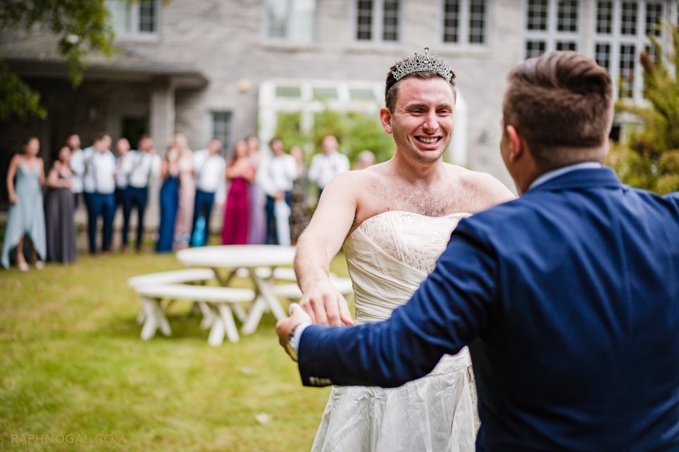 Groom's brother gets into a wedding dress to prank him during the first look photos
