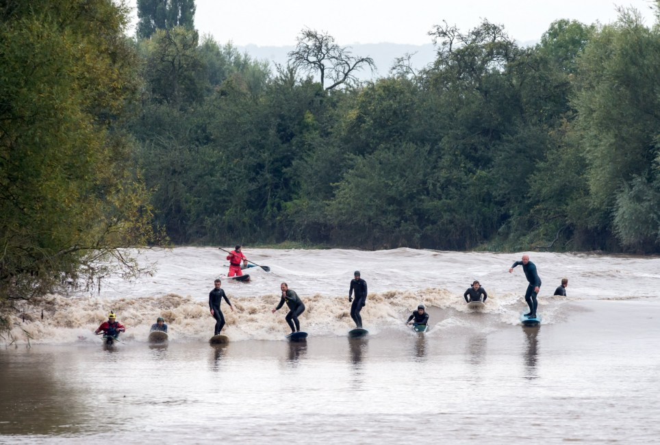 ? Licensed to London News Pictures. 30/09/2019. Minsterworth, Gloucestershire, UK. Surfers and kayakers ride the waves of a four star severn bore at Minsterworth, one of the highest bores of the year. The Bristol Channel and Severn estuary have the second highest tidal range in the world and the tide comes up the river Severn creating a wave known as a bore. Photo credit: Simon Chapman/LNP.