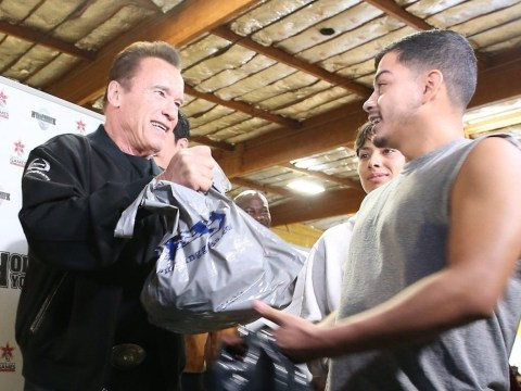Arnold Schwarzenegger hands out free turkeys for Thanksgiving because he's an absolute gent