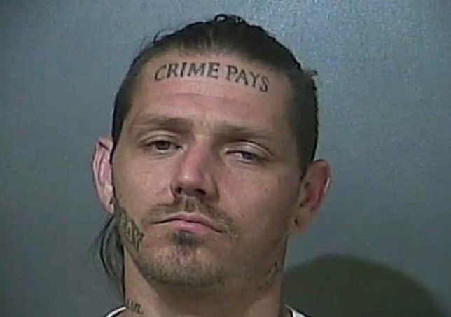 gezocht: Dim crook with 'crime pays' tattooed on forehead (afbeelding: Police handout)