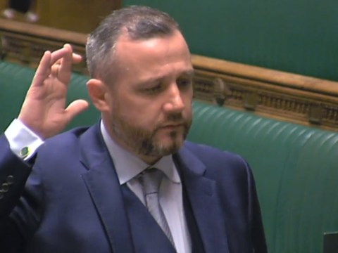 SNP MP crosses fingers as he pledges allegiance to the Queen