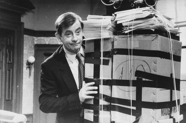 Who did Derek Fowlds play in Heartbeat as Basil Brush and Yes Minister actor dies?