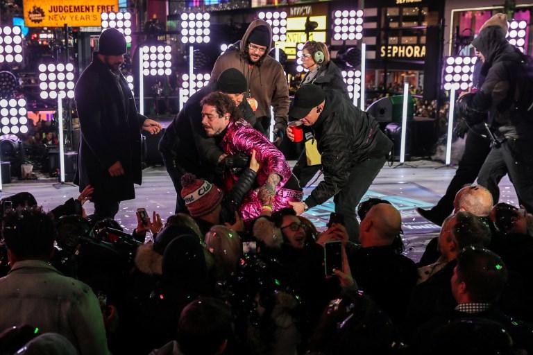 Post Malone se cae durante las celebraciones de Nochevieja en Times Square en el distrito de Manhattan de Nueva York, EE. UU., El 31 de diciembre de 2019. REUTERS / Jeenah Moon