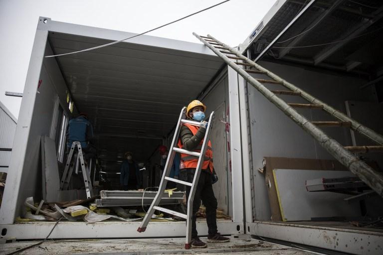 WUHAN, CHINE - 02 FÉVRIER: (CHINE OUT) La construction de l'hôpital de Huoshenshan touche à sa fin le 2 février 2020 à Wuhan, en Chine.  L'hôpital de campagne spécialisé d'urgence de 25 000 mètres carrés, d'une capacité de 1 000 lits, est en cours de construction pour traiter les patients de l'épidémie mortelle de coronavirus à Wuhan.  (Photo par Stringer / Getty Images)