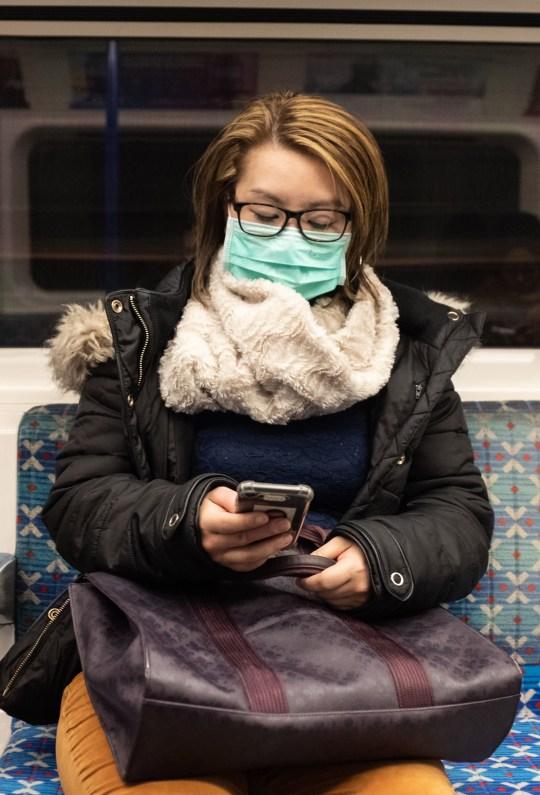 Une femme avec une marque sur le métro de Londres. Photo PA. Photo: mercredi 26 février 2020. Voir l'historique de santé de l'AP. Coronavirus. Le crédit photo doit se lire: Ian Hinchliffe / PA Wire