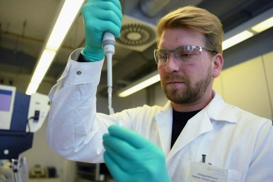 Punonjësja Philipp Hoffmann, nga ndërmarrja gjermane biofarmike CureVac, demonstron fluksin e punës hulumtuese mbi një vaksinë për sëmundjen e koronavirusit (COVID-19) në një laborator në Tuebingen, Gjermani, 12 Mars 2020. Fotografia e marrë në 12 Mars 2020. REUTERS / Andreas Gebert