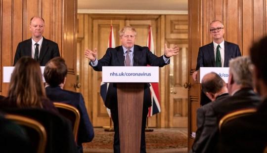 L'amministratore delegato medico inglese Chris Whitty (a sinistra) e il consigliere scientifico capo Sir Patrick Vallance stanno con il primo ministro Boris Johnson in una conferenza stampa a Downing Street, Londra, sul coronavirus (COVID- 19) dopo l'incontro del governo COBRA. Data della foto: lunedì 16 marzo 2020. Vedi la storia di AP HEALTH Coronavirus. Il credito fotografico dovrebbe essere: Richard Pohle / The Times / PA Wire