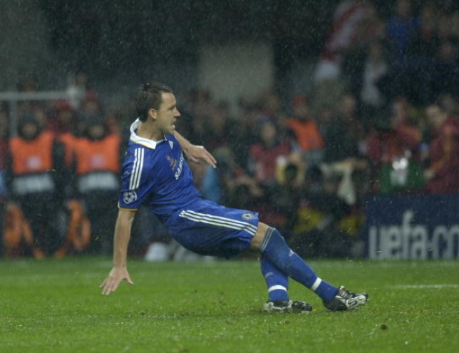 John Terry of Chelsea slips on the wet pitch while taking his penalty during the UEFA Champions League Final between Manchester United and Chelsea held at the Luzhniki Stadium, Moscow, Russia on 21st May 2008.  The match ended 1-1 after extra-time, Manchester United won 6-5 on penalties. ( Photo by Bob Thomas Sports Photography via Getty Images). (Credits: Bob Thomas Sports Photography vi)