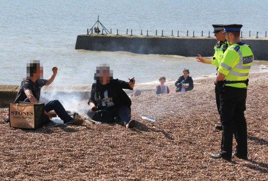 HOVE SEAFRONT HIGH POLICE PRESENCE 4-4-20 CORONAVIRUS SUSSEX POLICE ARGUE WITH MEMBERS OF THENPUBLIC FRUSTRATED THAT THEY HAVE BEEN ASKED ZTO MOVE ON BY POLICE WHILST HAVING A BBQ ON HOVE BEACH. - TGHEY EVENTUALLTY MOVED OB AFTER PLENTY OF FOUL LANGUAGE - I HAVE VIDEO
