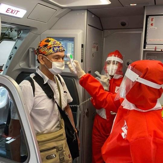 Air Asia revela novo uniforme da tripulação de cabine com equipamento de proteção