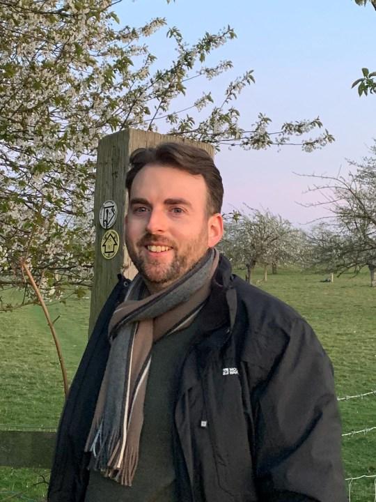 Jason est allé se promener dans le Kent avec un manteau et une écharpe.