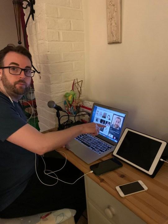 Jason à un bureau avec un microphone et un ordinateur portable enregistrant son nouveau podcast à distance.