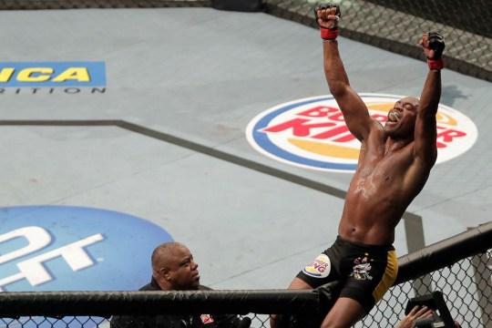 Anderson Silva comemora vitória no UFC