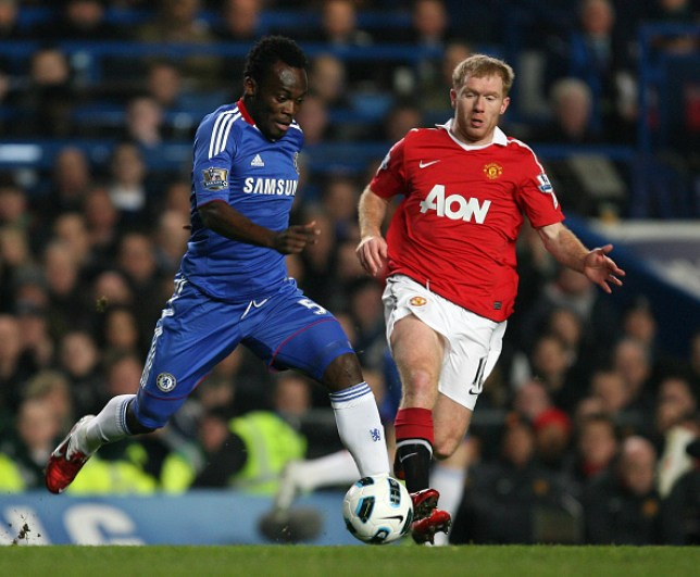Michael Essien and Paul Scholes battle for the ball during Chelsea's Premier League clash with Manchester United