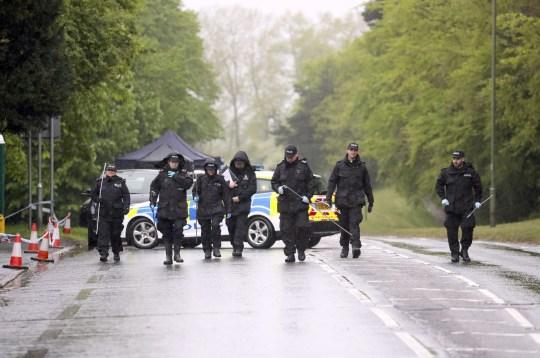 Les agents de recherche PABest de la police de Surrey sur la route A25 Bletchingley, Godstone, près de Reigate, après qu'un homme de 88 ans a été retrouvé mort à l'intérieur de la maison. Photo PA. Date de la photo: mardi 28 avril 2020. L'homme n'a pas été officiellement identifié et la police n'a pas fourni plus de détails. Une autopsie sera ensuite réalisée pour déterminer la cause du décès. Découvrez l'histoire de l'AP par Godstone Police. La photo devrait être: Steve Parsons / PA Wire