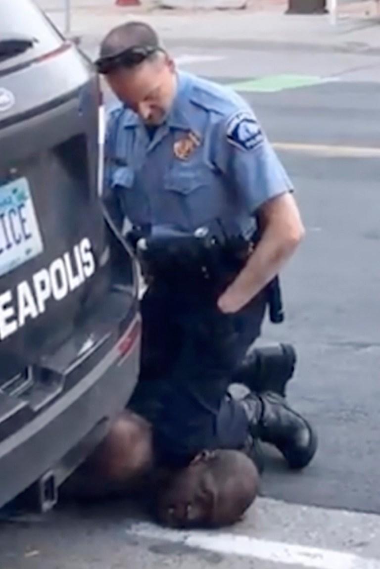 En ce lundi 25 mai 2020, image d'une vidéo fournie par Darnella Frazier, un officier de Minneapolis s'agenouille sur le cou d'un homme menotté qui plaidait qu'il ne pouvait pas respirer à Minneapolis. Quatre officiers de Minneapolis impliqués dans l'arrestation d'un George Floyd décédé en garde à vue ont été licenciés mardi. (Darnella Frazier via AP)