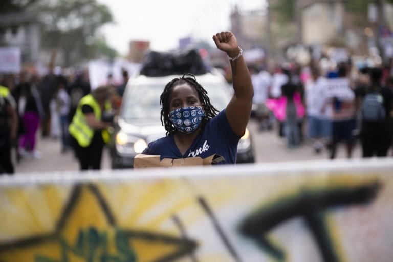 Un rassemblement pacifique a eu lieu avant que les émeutes ne deviennent violentes, la police tirant des gaz lacrymogènes sur la foule après la mort de George Floyd le 26 mai 2020 à Minneapolis, Minnesota