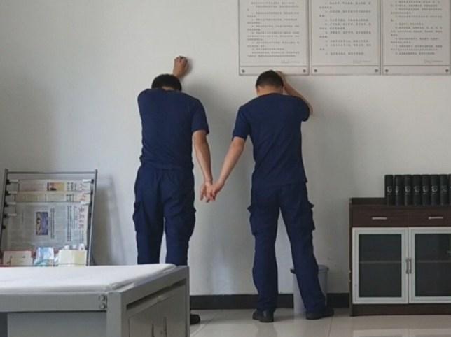 Spectacles de photos: Deux pompiers qui se chamaillent doivent se tenir la main et se maquiller; Cette vidéo amusante vue 10 millions de fois en une seule journée montre deux jeunes pompiers qui ont reçu l'ordre de se tenir la main après avoir été surpris en train de se chamailler.