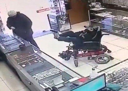 Un adolescent paralysé `` essaie de voler des bijoutiers en pointant un faux pistolet avec des pieds ''