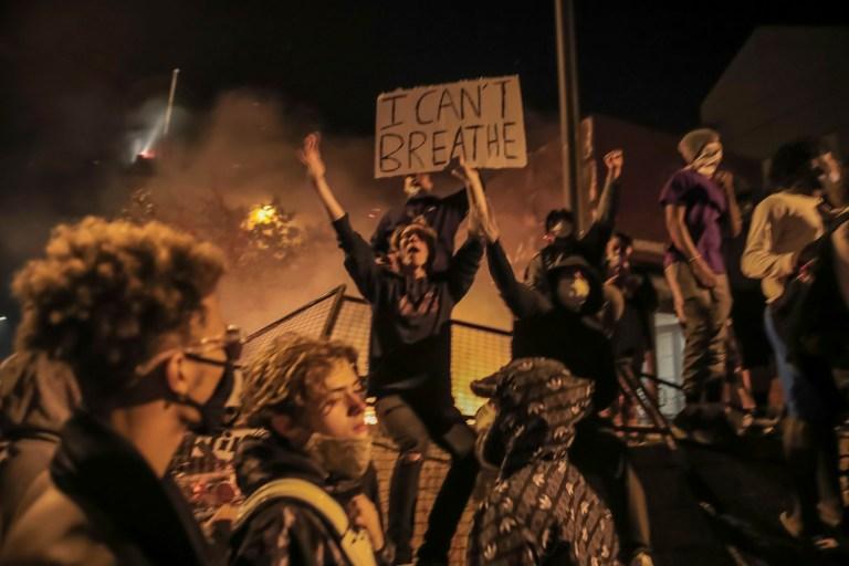 epa08451153 Des manifestants brûlent le 3e commissariat du département de police de Minneapolis lors des protestations contre l'arrestation de George Floyd, décédé plus tard en garde à vue, à Minneapolis, Minnesota, États-Unis, le 28 mai 2020. Une vidéo d'un spectateur publiée en ligne le 25 mai semble montrer George Floyd , 46 ans, suppliant les policiers qui l'ont arrêté de ne pas pouvoir respirer alors qu'un officier s'agenouilla sur son cou. L'homme noir non armé est décédé plus tard en garde à vue. EPA / TANNEN MAURY
