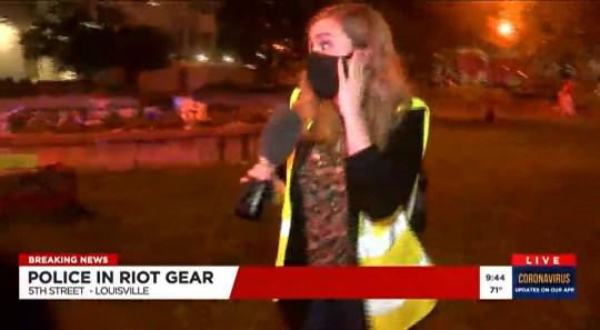 8371605 La police tire une balle au poivre contre un journaliste de Louisville TV