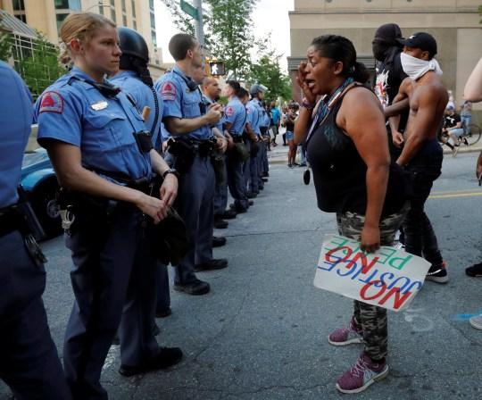 Un manifestant en pleurs confronte la police lors de troubles à l'échelle nationale après le décès en garde à vue de George Floyd à Minneapolis, à Raleigh, Caroline du Nord, États-Unis, le 30 mai 2020. Photo prise le 30 mai 2020.