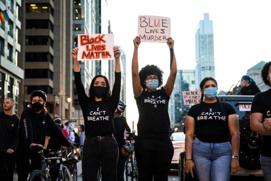 Les manifestants tiennent des pancartes samedi après-midi 30 mai 2020 à Chicago, I.L., alors qu'ils se joignent à l'indignation nationale à propos de la mort de George Floyd, décédé en garde à vue le Memorial Day à Minneapolis.