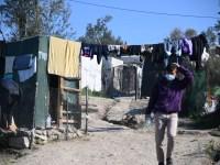 Une personne qui marche dans le camp de réfugiés de Moria
