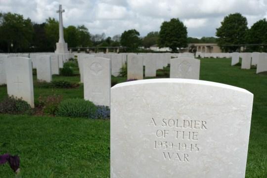 Des tombes de soldats britanniques pour la plupart tués lors de l'invasion de la Normandie pendant la Seconde Guerre mondiale se trouvent au cimetière de guerre de Ranville de la Commission des sépultures de guerre du Commonwealth en France.