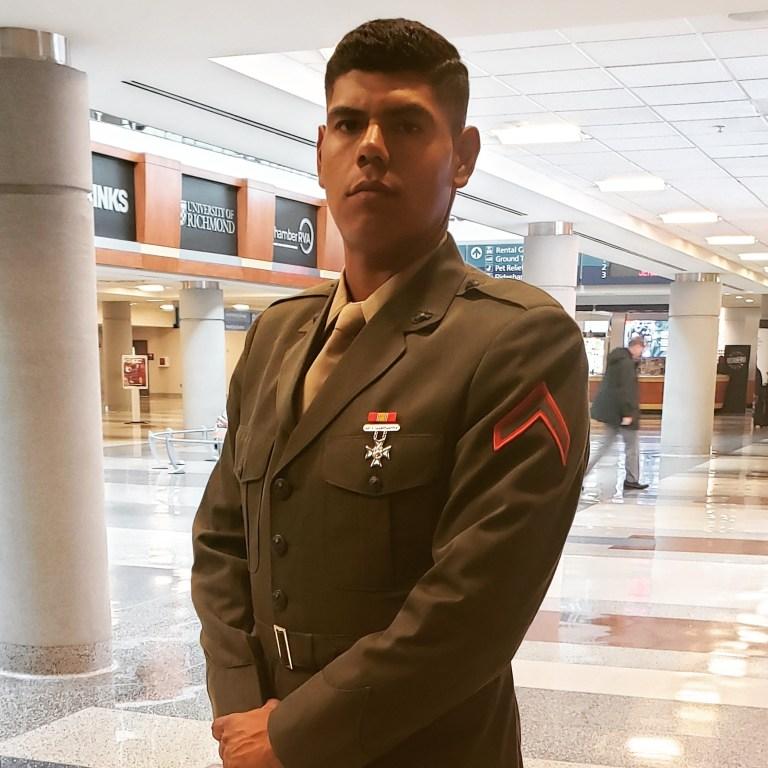 Adan Prescott en uniforme militaire