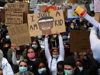 Des manifestants Black Lives Matter à Melbourne (à gauche) et un tube à essai avec une main gantée - alors qu'un militant teste positif pour le coronavirus après avoir participé au rassemblement de 10 000 personnes