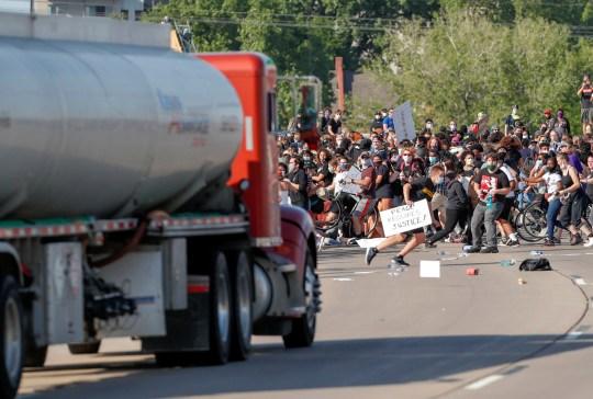 Un camion-citerne pénètre dans des milliers de manifestants marchant sur l'autoroute 35 W en direction nord lors d'une manifestation contre la mort en garde à vue de George Floyd à Minneapolis, à Minneapolis, Minnesota, États-Unis, le 31 mai 2020. REUTERS / Eric Miller