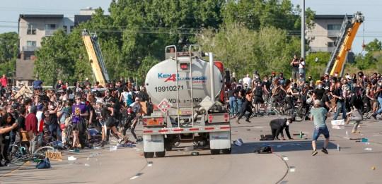 Un camion-citerne pénètre dans des milliers de manifestants qui marchent sur l'autoroute 35 W en direction nord lors d'une manifestation contre la mort en garde à vue de George Floyd à Minneapolis, à Minneapolis, Minnesota, États-Unis, le 31 mai 2020. REUTERS / Eric Miller