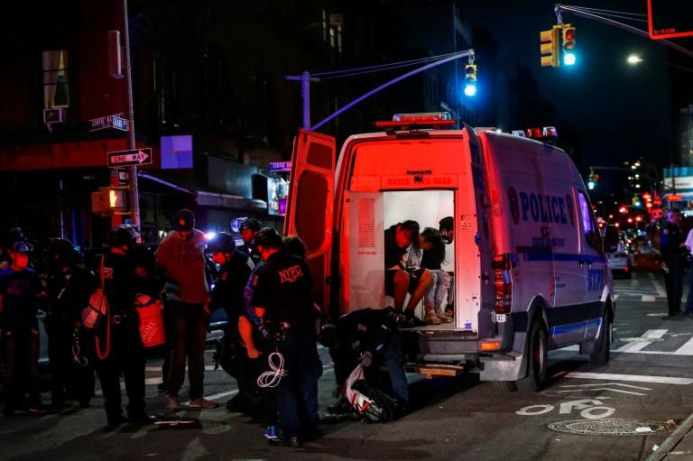 Des agents du NYPD arrêtent des manifestants pour avoir violé le couvre-feu lors de manifestations en réaction à la mort en garde à vue de George Floyd à Minneapolis, dans le quartier de Manhattan à New York, États-Unis, le 2 juin 2020. REUTERS / Eduardo Munoz