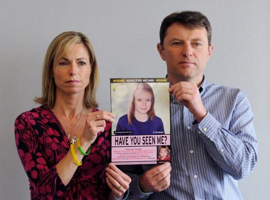 epa08463355 (fichier) - une photographie de fichier en date du 02 mai 2012 montre Kate (L) et Gerry McCann (R) tenant une image policière évoluée de leur fille Madeleine lors d'une conférence de presse pour marquer le 5e anniversaire de la disparition de leur fille Madeleine, en Londres, Grande-Bretagne. Selon des informations en date du 03 juin 2020, un prisonnier allemand de 43 ans est identifié comme suspect dans la disparition de Madeleine McCann. EPA / FACUNDO ARRIZABALAGA *** légende locale *** 53489292