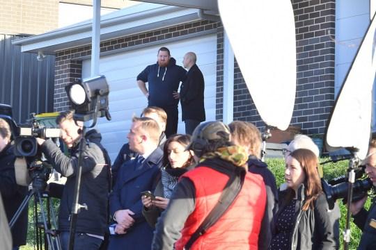 La police (en haut à droite) s'entretient avec un propriétaire qui a crié alors que le Premier ministre Scott Morrison organise une conférence de presse pour annoncer le nouveau programme de relance HomeBuilder dans la ville de Googong, dans le sud-ouest de la Nouvelle-Écosse, à 25 km à l'est de Canberra. Jeudi 4 juin 2020. (Image AAP / Mick Tsikas) PAS D'ARCHIVAGE