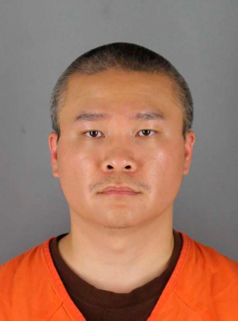 Cette combinaison de photos fournies par le bureau du shérif du comté de Hennepin dans le Minnesota le mercredi 3 juin 2020, montre Tou Thao. Thao et deux autres policiers de Minneapolis ont été accusés d'avoir aidé et encouragé Derek Chauvin, qui est accusé du meurtre au deuxième degré de George Floyd, un homme noir décédé après avoir été retenu par les policiers de Minneapolis le 25 mai. (Hennepin County Sheriff's Bureau via AP)