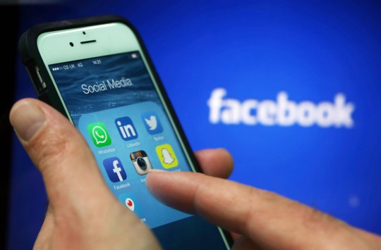 Les applications de médias sociaux, y compris WhattsApp, LinkedIn, Twitter, FaceBook, Instagram, SnapChat et Periscope sont affichées dans un dossier de médias sociaux sur l'écran d'un iPhone 6 d'Apple Inc. sur cette photo organisée prise à Londres, au Royaume-Uni, le vendredi 15 mai. , 2015. Facebook Inc. a conclu un accord avec le New York Times Co. et huit autres médias pour publier des articles directement sur les flux d'actualités mobiles du réseau social, alors que les éditeurs s'efforcent de nouvelles façons d'élargir leur portée. Photographe: Chris Ratcliffe / Bloomberg via Getty Images