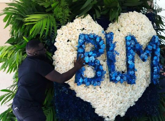 Des fleurs sont préparées et livrées à un mémorial public pour George Floyd à l'église The Fountain of Praise à Houston, le lundi 8 juin 2020. (Photo AP / Eric Gay)