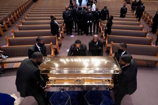 Le cercueil de George Floyd est déposé dans la chapelle lors d'un service funèbre pour Floyd à l'église Fountain of Praise, le mardi 9 juin 2020, à Houston. (Photo AP / David J. Phillip, piscine)