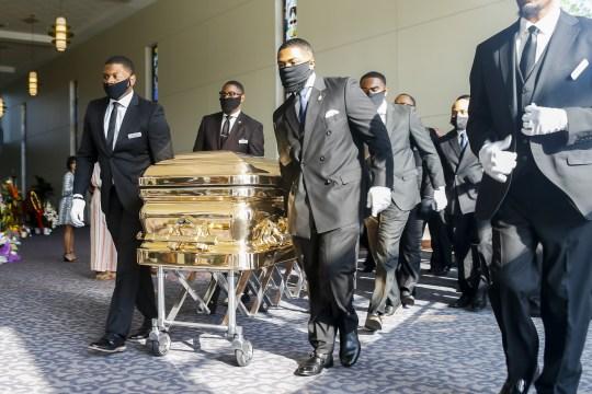 HOUSTON, TX - 09 juin: Les porteurs apportent le cercueil dans l'église pour les funérailles de George Floyd à l'église Fountain of Praise le 9 juin 2020 à Houston, Texas. Floyd est décédé après avoir été retenu par des policiers de Minneapolis le 25 mai. (Photo de Godofredo A. V ?? squez - Pool / Getty Images)