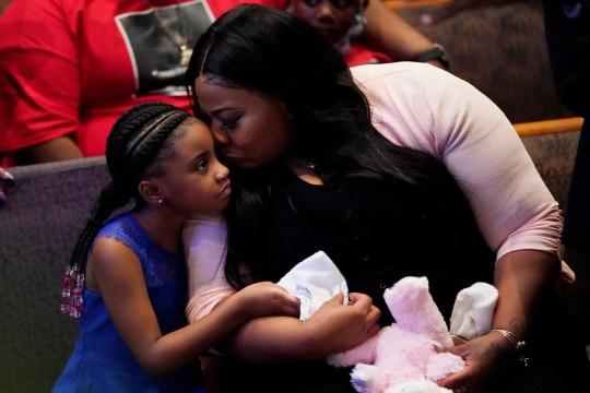 Roxie Washington détient Gianna Floyd, la fille de George Floyd alors qu'ils assistent aux funérailles de George Floyd à l'église Fountain of Praise le mardi 9 juin 2020 à Houston. (Photo AP / David J. Phillip, piscine)