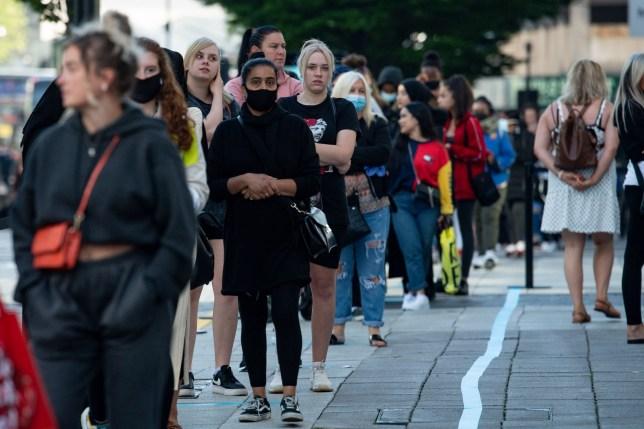 Les acheteurs font la queue à Primark à Birmingham alors que les magasins non essentiels en Angleterre ouvrent leurs portes aux clients pour la première fois depuis que des restrictions de verrouillage des coronavirus ont été imposées en mars. Photo PA. Date de la photo: lundi 15 juin 2020. Voir l'histoire de l'AP HEALTH Coronavirus. Le crédit photo doit se lire: Jacob King / PA Wire