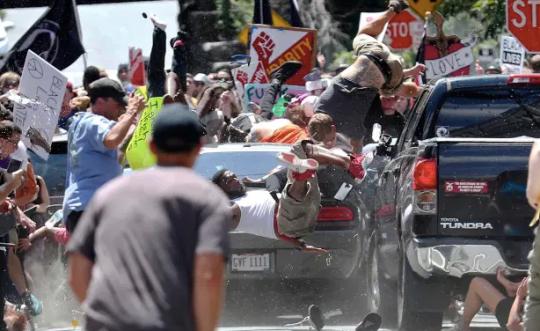 Photo d'une attaque de voiture à Charlottesville