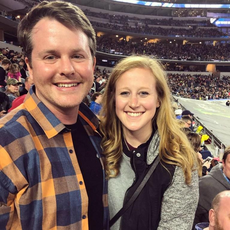 Kelsey avec son mari John lors d'un match de hockey sur glace
